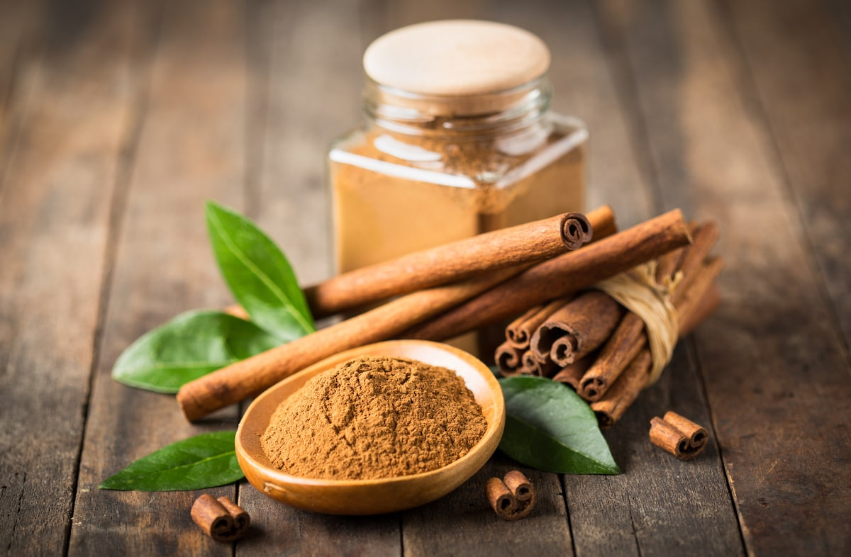 Fresh cinnamon sticks and powder